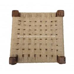 Taburete rústico de madera de olivo con asiento de sisal natural