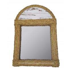Espelho arqueado feito de esparto natural com tinta de giz branco