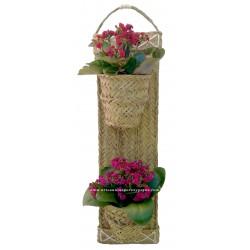Vaso de parede artesanal com estrutura de madeira e esparto natural